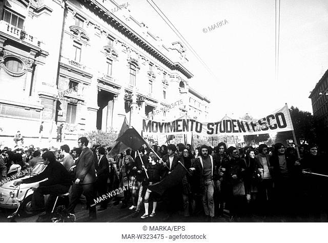 roma 1968, manifestazione degli studenti di sinistra, movimento studentesco davanti al ministero della pubblica istruzione