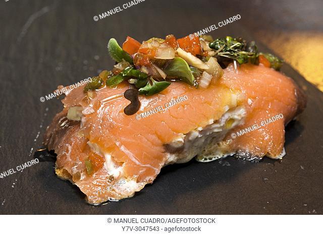 Pintxo de Salmón ahumado relleno de marisco (smoked salmon filled with shellfish). Hola Bar, Bilbao, Basque Country, Spain