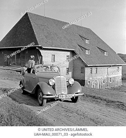 Zwei Männer und eine Frau in einem Mercedes Benz 170 V (W 136) vor dem Furtwänglerhof im Schwarzwald, Deutschland 1930er Jahre