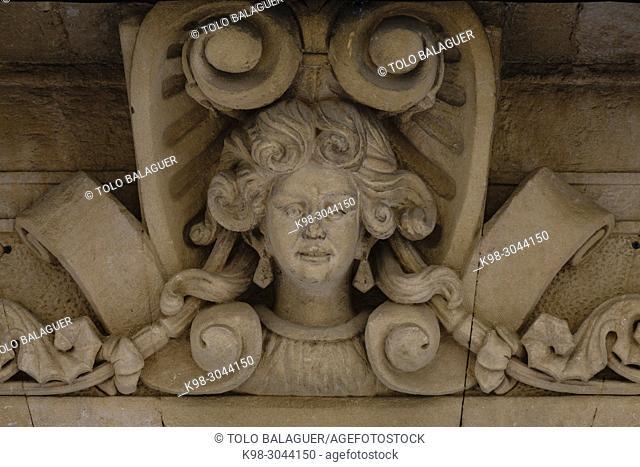rostro femenino esculpido sobre la linde del portal enmarcado por decoración vegetal de tipo Art Nouveau, Salón Rosa, construido alrededor de los años 1910-1915