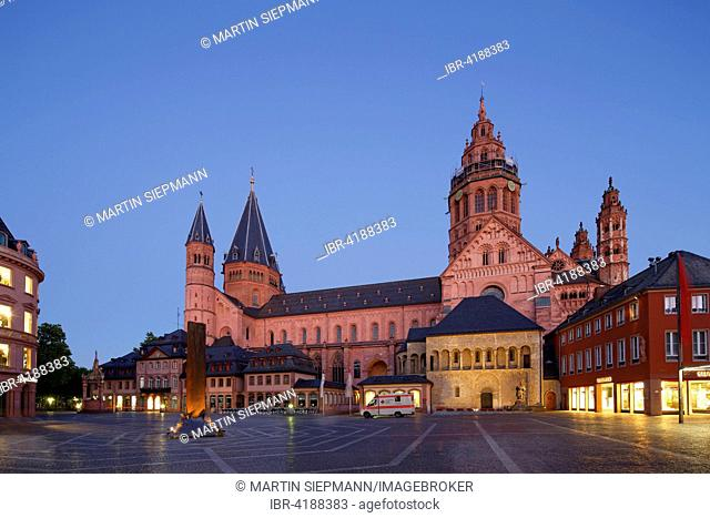 Mainz Cathedral or St. Martin's Cathedral and Heunensäule victory column, market square, Mainz, Rhineland-Palatinate, Germany
