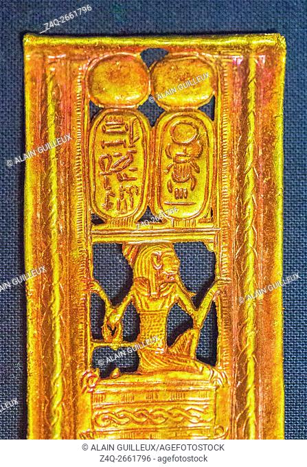 Egypt, Cairo, Egyptian Museum, Tutankhamon jewellery, from his tomb in Luxor : Buckle in red gold, showing the god Heh lifting the cartouches of the king and...