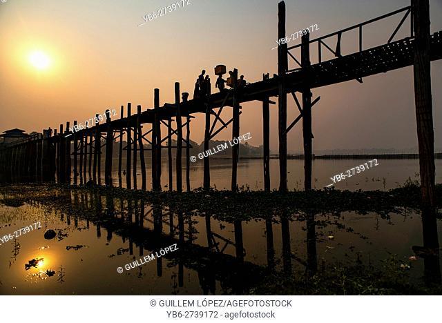 A view of the U Bein Bridge at sunrise in Amarapura, near Mandalay, Myanmar