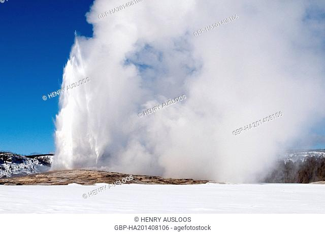 USA, Yellowstone, Hot Springs in winter, Geyser Old Faithful