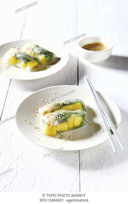 Mango, shrimp and sedum in rice paper