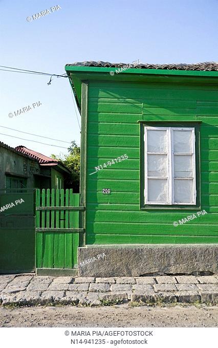 Detalle de típica casa de madera en Sulina, Delta del Danubio, pueblo pesquero, Rumania.Es el punto más oriental de Rumania y de la Unión Europea