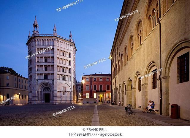 Italy, Emilia Romagna, Parma, Piazza del Duomo and the baptistery