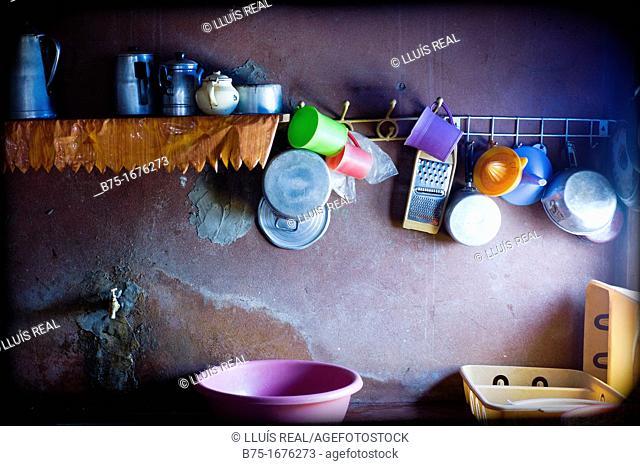 interior de una cocina tradicional con utensilios en Marruecos, inside a traditional kitchen with utensils in Morocco