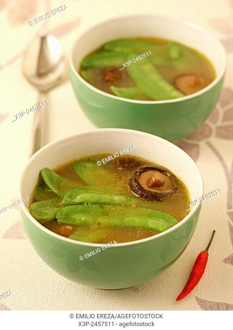 Mangetout soup with Chinese mushrooms