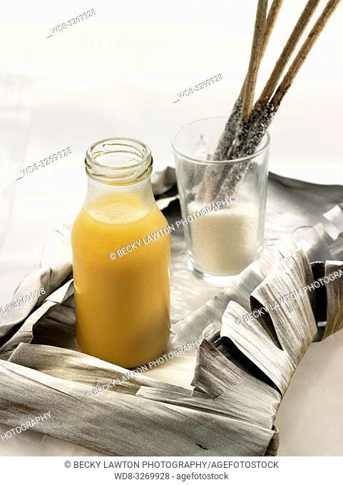 zumo de mango y melocoton con grisines rebozados de coco rallado