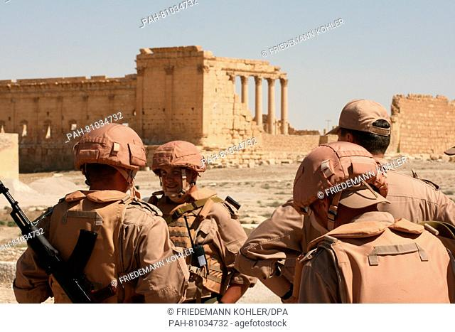 Members of the Russian Armed Forces pose next to the ancient ruins in Palmyra, Syria, 05 May 2016. Photo: FRIEDEMANN KOHLER/dpa | usage worldwide