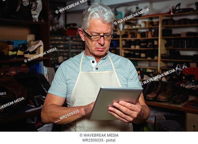 Shoemaker using digital tablet