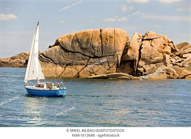 sailing boat  Ploumanach  Pink granite coast  Perros-Guirec Breton: Perroz-Gireg is a commune in the Côtes-d'Armor department in Bretagne in northwestern France
