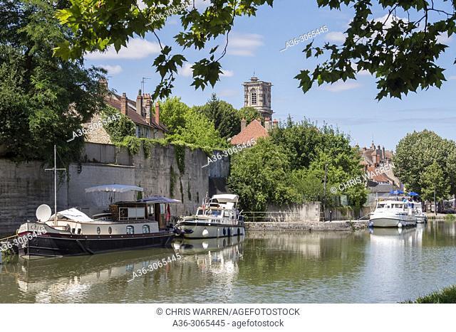 Canal du Nivernais Clamecy Nièvre Yonne Bourgogne-Franche-Comte France