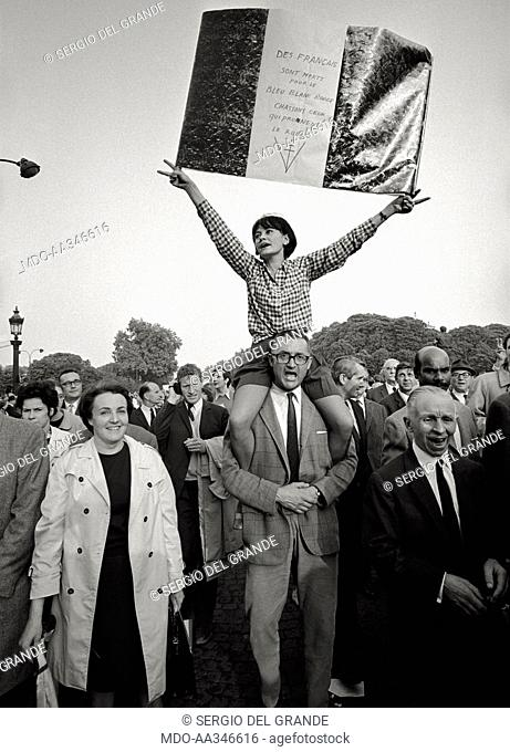 The risk of a revolution in Paris has been averted. A couple of supporters of Charles de Gaulle shows a three colours flag exalting the right Gaulisme in a...