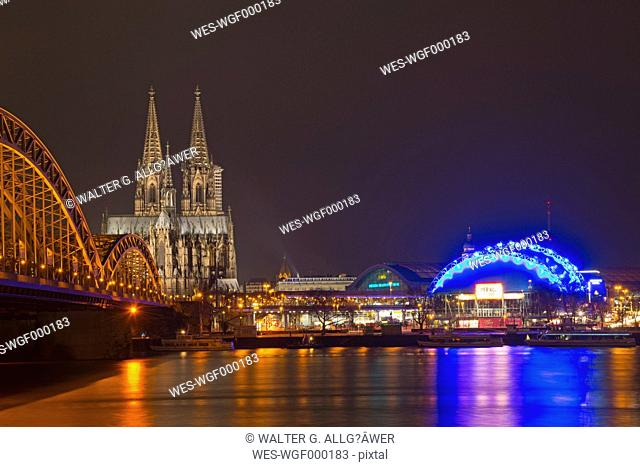Germany, North Rhine-Westphalia, Cologne, View of Hohenzollern Bridge, Cologne Cathedral and Musical Dome at River Rhine