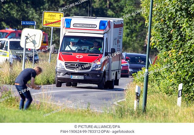 24 June 2019, Mecklenburg-Western Pomerania, Nossentiner Hütter: An ambulance is coming from the crash site near Jabel. On Monday