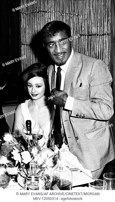 Raffaella Carra & Sammy Davis Jr. Entertainers 01 June 1965 Raffaella Carra, Sammy Davis jr., 1965 / Personen, Portrait, Portr?æt, Frau Dekollete