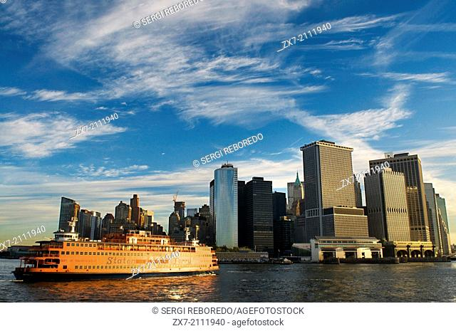 From the boat that takes us to Staten Island, will have superb views of Lower Manhattan. The walk through the Brooklyn Bridge is well known
