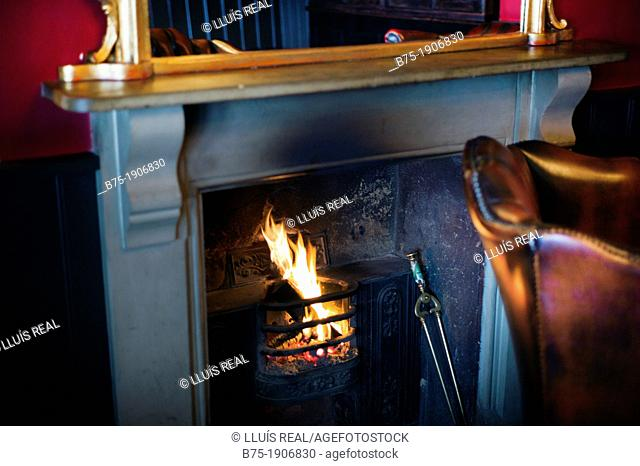 Interior de pub en inglaterra con chimenea encendida, Interior pub with open fire place