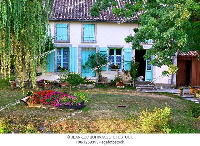 France, 85, Marais Poitevin, Sèvre Niortaise: house and garden