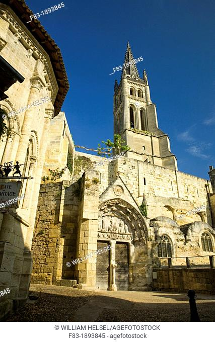 Saint-Emilion, near Bordeaux, in the Dordogne River Valley, Gironde department, Acquitaine, France: Romanesque monolithic church 'L'Eglise Monolithe' whose...