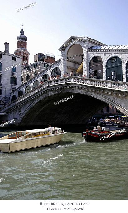 Italy, Venice, Rialto Bridge, gondolas in canal