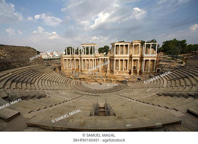 The theater dates back to 16 or 15 BC. The consul Marcus Agrippa promoted its construction. It was rebuilt in 105 AD, during the reign of Trajan