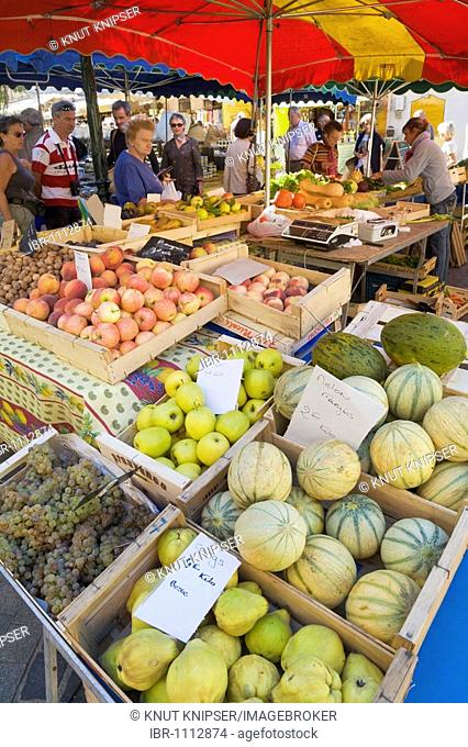 Shopping at a Provençal farmers' market in Sainte-Maxime, Département Var, at the Cote d'Azur, Provence, Southern France, France