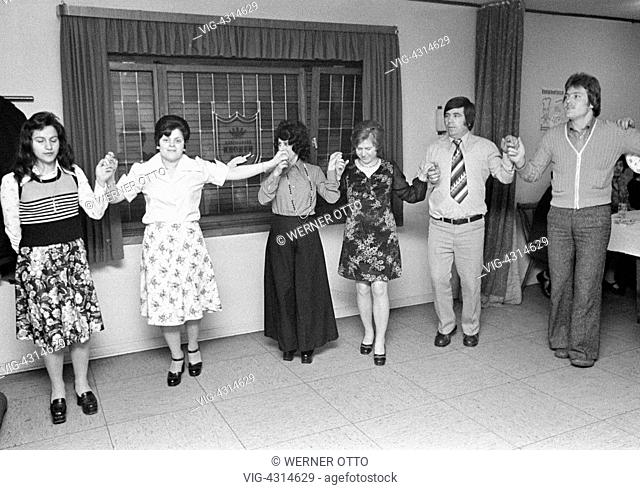 Seventies, black and white photo, people, minorities, guest-workers in Germany, Greeks, dance event, two men, aged 25 to 35 years, aged 35 to 40 years