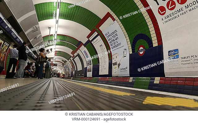 People standing on the plattform, waiting for a train to arrive, entering a train, London, England, Great Britain, Europe