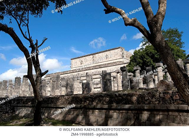 MEXICO, YUCATAN PENINSULA, NEAR CANCUN, MAYA RUINS OF CHICHEN ITZA, GROUP OF THE THOUSAND COLUMNS WITH TEMPLE OF THE WARRIORS