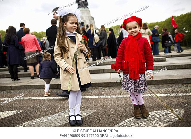 09 May 2019, Berlin: Children stand in front of the Soviet Memorial in Treptower Park on the occasion of the 74th anniversary of Russia's victory in the Second...
