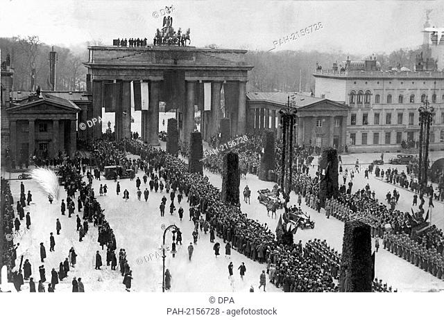 Afghan King Aman Ullah (l) and President of the Reich Paul von Hindenburg (m) in an open car through masses of people through Brandenburg Gate