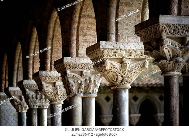 Pillars of the cloister. France, Tarn et Garonne, Moissac, a stop on el Camino de Santiago, Saint-Pierre Benedictine Abbey of the 11th-17th century listed as...