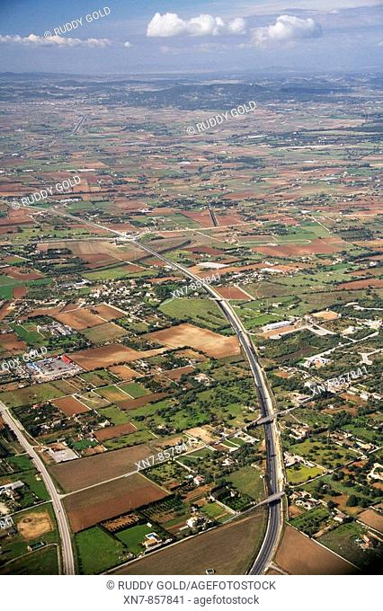 Spain, Balearic Islands, Mallorca, paisaje agrícola en Son Talent y Autovía MA-15 de Palma a Manacor y carretera a Artá en la izquierda