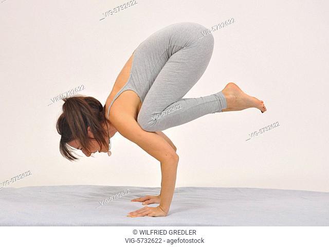 Die Krähe. Kakasana, Yoga Übung zur Förderung des Gleichgewichtes, Stärkung der Nerven, vorbeugend, aktivierend, beruhigend, Stärkung der Arme, Sonja Kempter