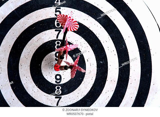 Darts board with arrows