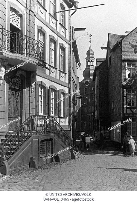 Blick durch eine Straße auf die evangelische Stadtkirche in Monschau, Deutschland 1920er Jahre. View to a street to the Protenstant church of Monschau