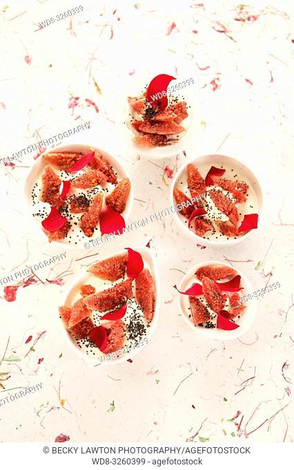 higos con crema de queso, semillas de amapola y petalos de rosa
