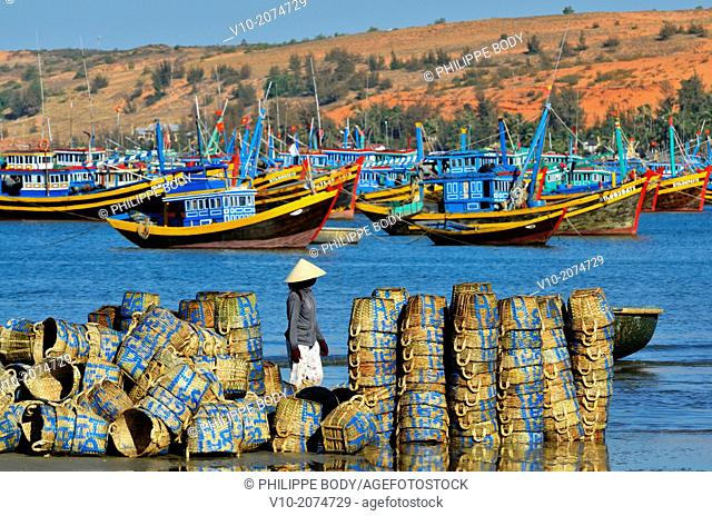 Vietnam, Mui Ne, cleaning fish basket et on the beach
