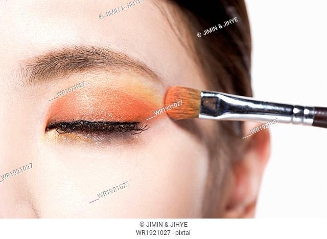 a woman putting make up