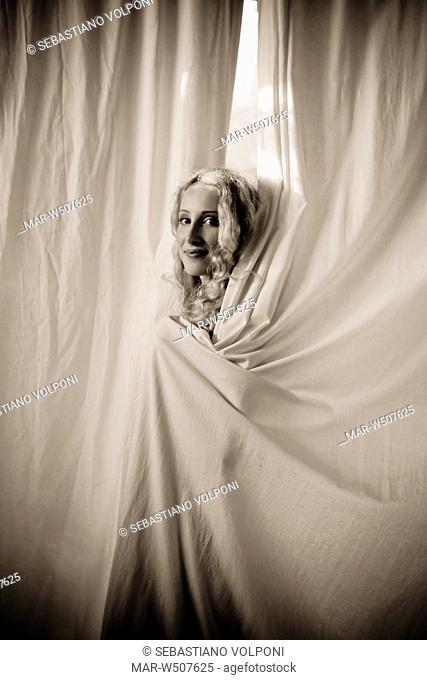 donna si copre con una tenda