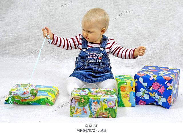 Kleinkind packt Geschenke aus. - Niederoesterreich, Ísterreich, 11/07/2007