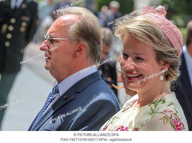 10 July 2019, Saxony-Anhalt, Dessau-Roßlau: The Belgian Queen Mathilde goes to the main entrance of the Bauhaus next to Reiner Haseloff (CDU, l)