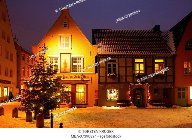 inn zum Kaiser Friedrich, Snowy old houses in the Schnoorviertel at dusk, Bremen, Germany, Europe