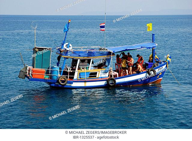 Fishing boat with tourists off Koh Rung, Koh Rang Island, Koh Chang archipelago, National Park Mu Ko Chang, Trat, Gulf of Thailand, Thailand, Asia