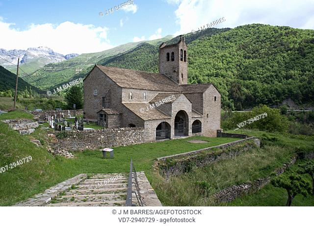 Linas de Broto, San Miguel Church with tour 13th century tower. Torla-Ordesa municipality, Sobrarbe, Huesca province, Aragon, Spain