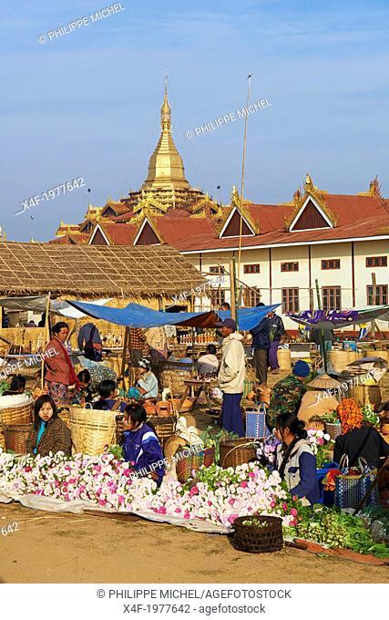 Myanmar (Burma), Shan province, Inle lake, Paya Phaung Daw Oo, market day