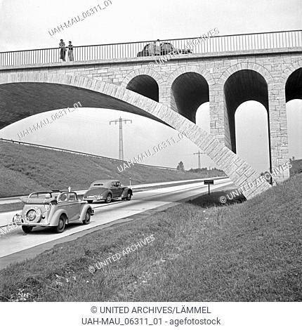 Mit dem Opel Olympia unterwegs auf der Reichsautobahn, Deutschland 1930er Jahre. Opel Olympia driving on the Reichsautobahn highway, Germany 1930s